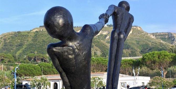 Una delle opere di Alex Pinna in mostra al porto di Tropea