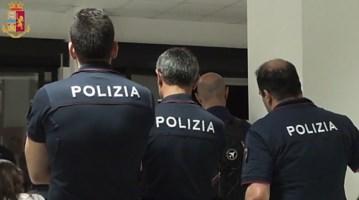 Reggio, minaccia di far esplodere una bombola di gas: poliziotti si fingono giornalisti e lo bloccano