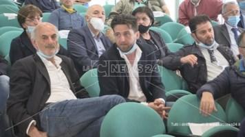 Giulio Serra, seduto di fianco al sindaco di Corigliano-Rossano Flavio Stasi, durante un'assemblea dell'Ato Cosenza