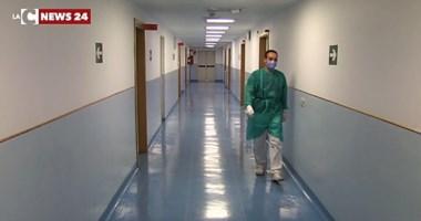 Covid, il virologo Crisanti: «A Natale inaccettabile riaprire. Abbiamo 500 morti al giorno»