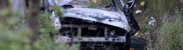 L'auto distrutta dalla bomba