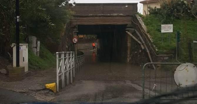 Il ponte allagato a Falerna a causa del maltempo