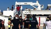 Giornata di sbarchi in Calabria, 5 navi con a bordo 2200 persone e 32 cadaveri