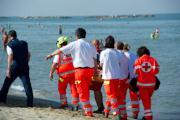 Passeggia sulla spiaggia e viene colto da malore, muore 75enne a Crotone