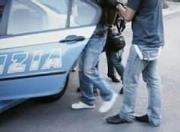 34ENNE AGGREDISCE POLIZIOTTI CON UN COLTELLO, ARRESTATO