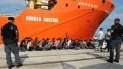 Sbarco 950 migranti a Reggio, presi i presunti scafisti. C'è anche una donna