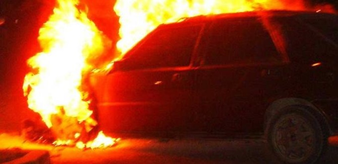 Un'auto in fiamme