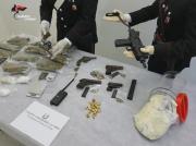 Armi e droga in una botola nel controsoffitto: due arresti a Lamezia
