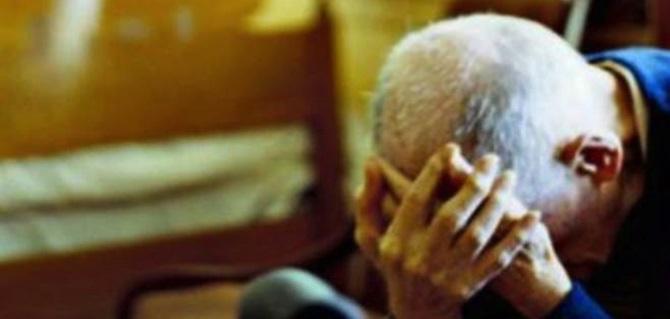 Un anziano picchiato