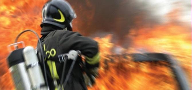 un vigile del fuoco doma un incendio